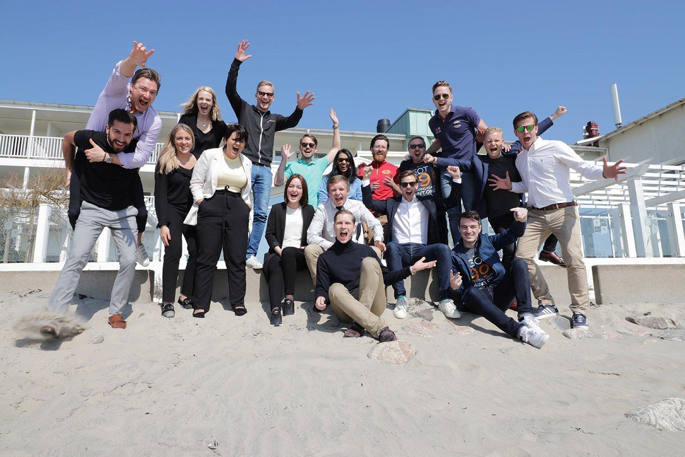 glada-medarbetare-på-en-strand
